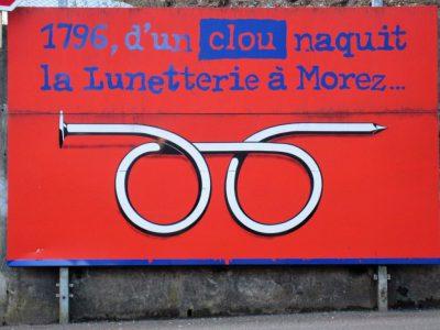 村には「1本の釘からメガネ産業が始まった」と書かれた看板が掲げられています。