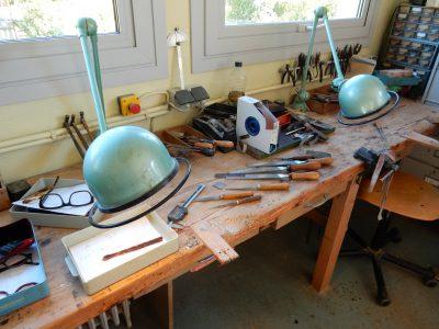 パリ近郊の工房にて手作りでメガネを作成します。