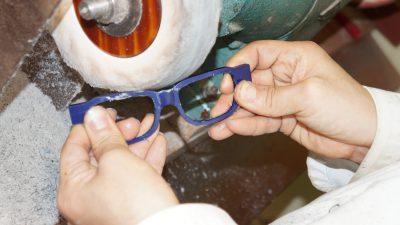 ガラ入れしたメガネは角が取れてピカピカの状態に。