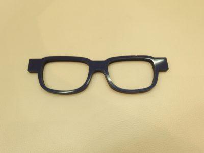 メガネの形になりましたが、ここからが機械では作れない過程になります。