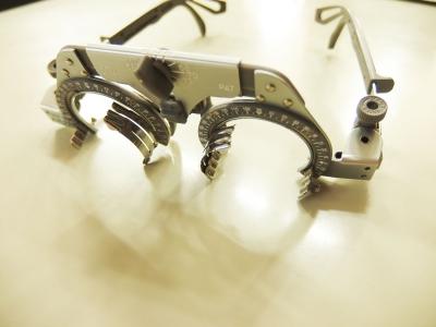 こちらは仮枠と呼ばれる、視力検査の時にお馴染みのメガネ。
