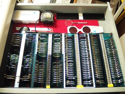 テーブルの引き出しの中にはテストレンズがいっぱい! メジャーや物差しも視力検査には大切なアイテムです。
