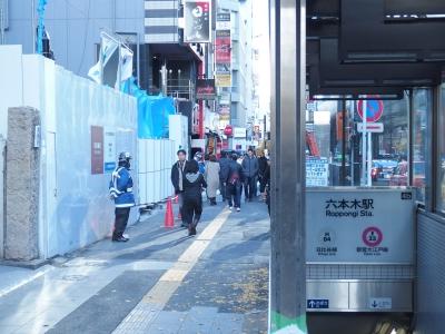 4b出口を出て振り返り、先の六本木交差点を左に曲がるとすぐに当店がございます