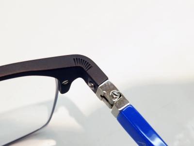 ALIUMシリーズの工夫としては曲げ方にあります。曲げにくいアルミニウムに、細かい切込みを入れる事で、曲げられる様にしています。