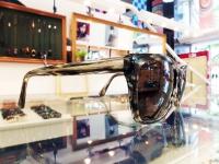 シンプルなウエリントン型のサングラスですが、カラーが綺麗です。