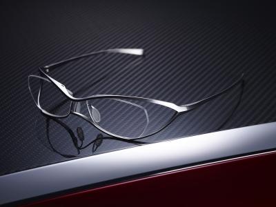 - FACTORY900の想い – 今回のプロジェクトは、今までプラスチックフレームに特化してきたFACTORY900 にとって、初めのてメタルフレームへの挑戦となりました。 メガネに使われるプラスチック素材は、しっとりとした肌触りのよさ、磨けば磨く程でるツヤ感と光沢感による言葉では言い表しようの無い発色性の良さ、そして加工のしやすい特徴を持った魅力的な素材です。 我々、FACTORY900は、その素材の長所を最大限に引き出し、機能よりも見た人の心を動かすモノづくりを目指し、これまでデザインをしてきました。
